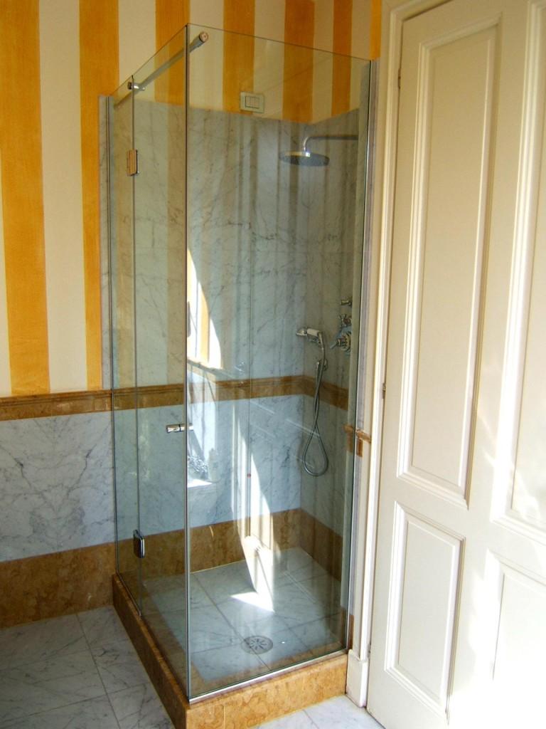 Box doccia ad angolo su misura realizzati in cristallo e acciaio inox