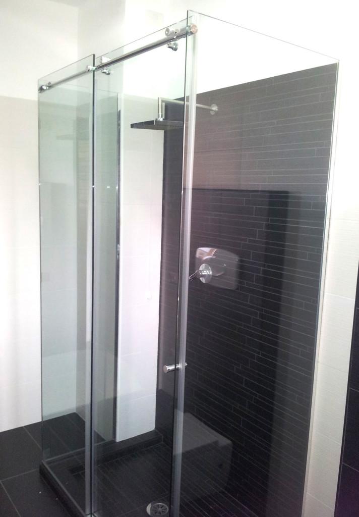 Box doccia tre lati realizzati su misura in cristallo e for Box doccia scorrevole
