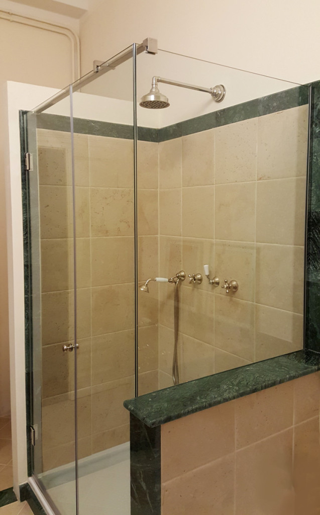 Box doccia sagomati su misura con lati appoggiati su vasca o muretto