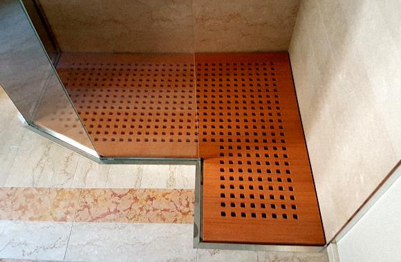 pedana doccia posizionata su piatto in acciaio