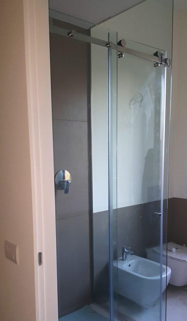 Box doccia scorrevoli su misura realizzati in cristallo e ...