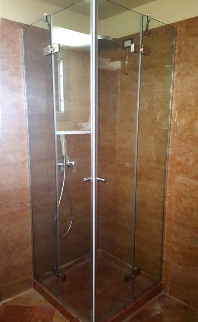 box doccia su misura con apertura ad angolo battente