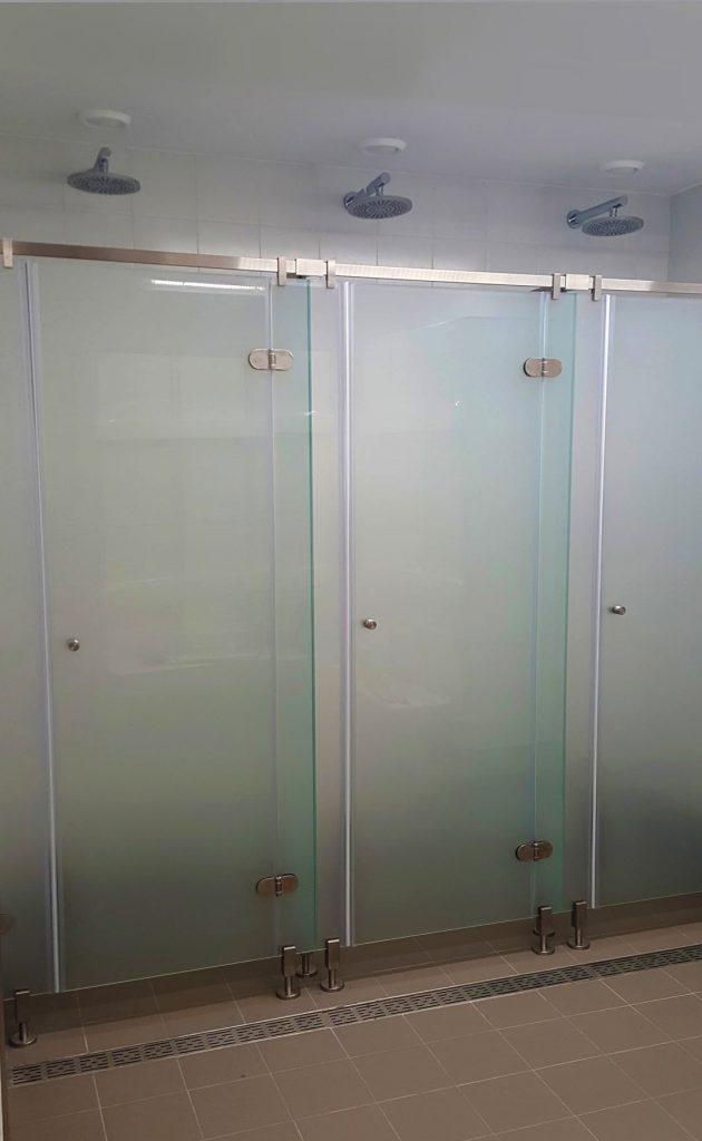 a729c7c706 Serie di box doccia realizzati per palestra aziendale interna (Yoox Milano).